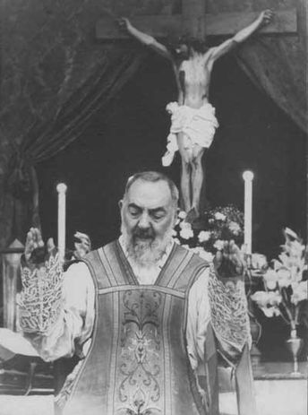 Padre_Pio_during_Mass